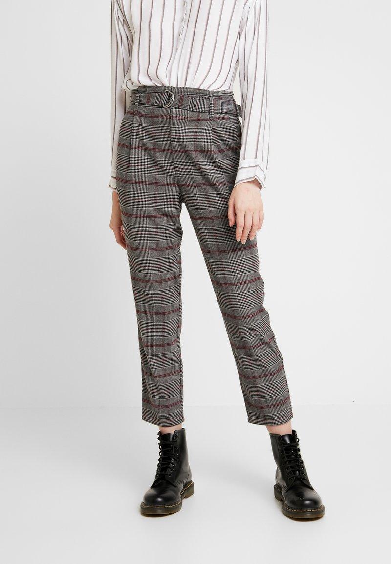 Hollister Co. - SELF BELT PLEATED MOMS - Kalhoty - grey