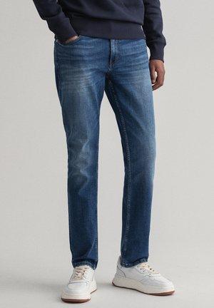 MAXEN RETRO SHIELD - Straight leg jeans - blue denim