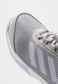 adidas Performance - ADIZERO CLUB - da tennis per terra battuta - grey two/purple tint/footwear white - 2
