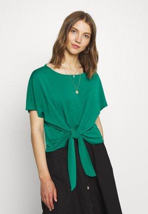 VIJANSANE - Print T-shirt - ultramarine green
