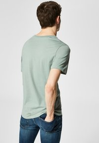 Selected Homme - SLHTHEPERFECT ONECK TEE  - T-shirt basic - green middle - 2