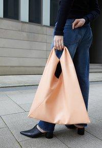 MM6 Maison Margiela - JAPANESE BAG CLASSIC - Velká kabelka - rose - 5