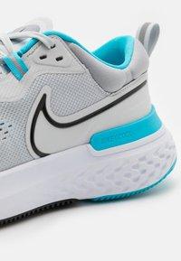 Nike Performance - REACT MILER 2 - Neutrala löparskor - pure platinum/black/chlorine blue - 5