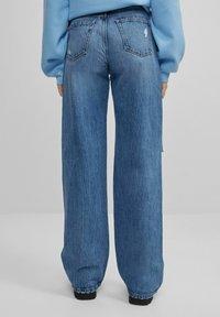 Bershka - MIT SCHLAGHOSE UND RISSEN - Jeans relaxed fit - dark blue - 2