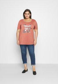 Zizzi - BOXY TEE WITH FOLD UP - T-shirts med print - canyon rose - 1