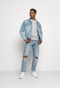 Levi's® - THE TRUCKER JACKET UNISEX - Veste en jean - light indigo/worn in - 1