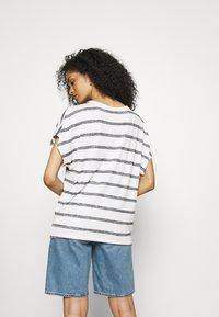 GAP - SCOOPNECK  - T-shirt z nadrukiem - white/navy - 2