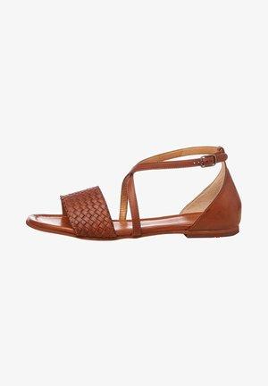MIT FLACHEM ABSATZ - Sandales - braun
