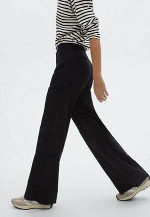 MIT UMGESCHLAGENEM SAUM  - Pantalon classique - black