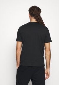 Umbro - LINEAR LOGO GRAPHIC TEE - Print T-shirt - black - 2