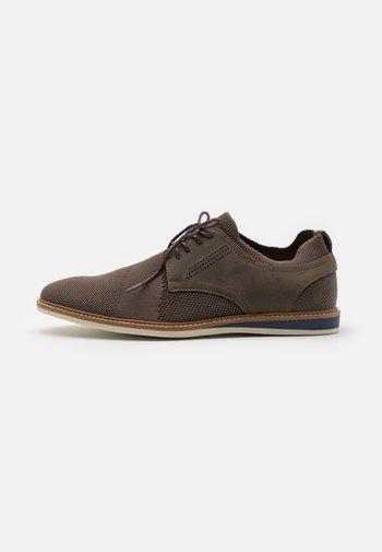VEGAN MORRIS - Zapatos con cordones - brown