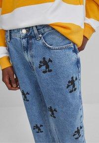 Bershka - MIT MICKY MAUS - Jeans baggy - blue denim - 3