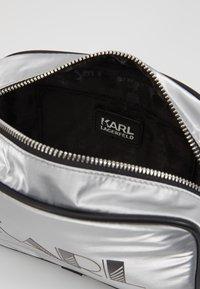 KARL LAGERFELD - CROSSBODY - Taška spříčným popruhem - silver - 7