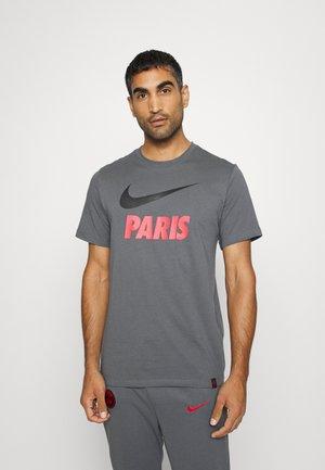 PARIS ST GERMAIN CLUB TEE - Vereinsmannschaften - dark grey