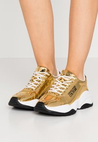 Versace Jeans Couture - CHUNKY SOLE - Sneakers basse - oro - 0