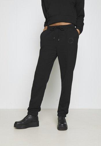 NMLUPA LOGO PANTS - Teplákové kalhoty - black