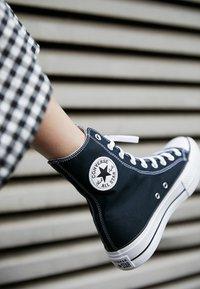 Converse - CHUCK TAYLOR ALL STAR LIFT XTRAHI - Zapatillas altas - black/white/black - 2