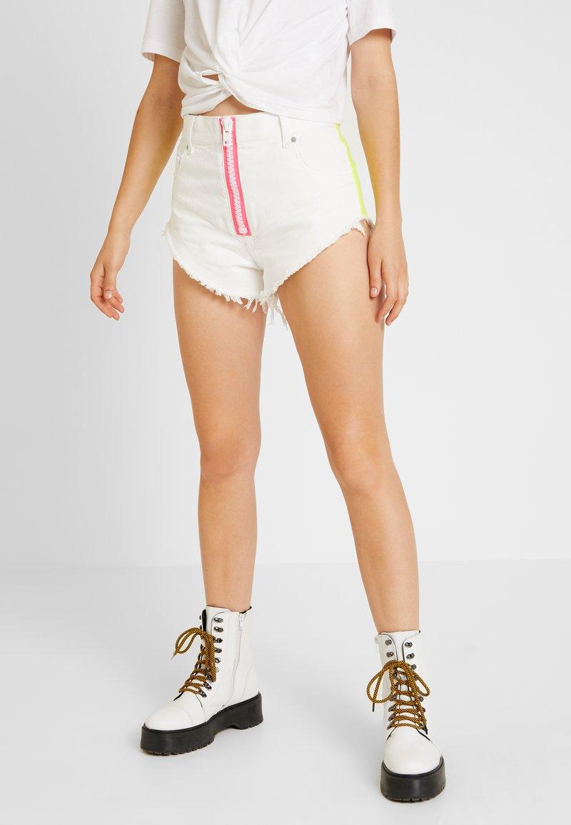 Diesel - DE-CHERYL SHORTS - Denim shorts - white denim