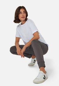 Mavi - Trousers - smoke smart sporty - 3
