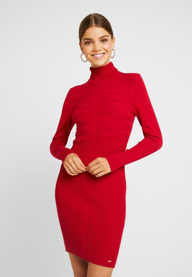 RMENTO - Pletené šaty - tango red