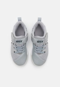 Nike Performance - TEAM HUSTLE QUICK 2 - Basketball shoes - light smoke grey/white/dark smoke grey - 3