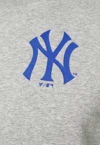 Fanatics - MLB NEW YORK YANKEESSUMMER CAMP GRAPHIC CREW - Sweatshirt - sports grey - 6