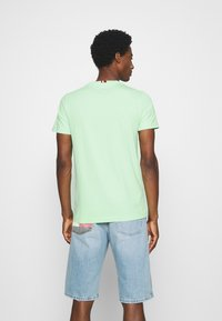 Tommy Hilfiger - GLOBAL STRIPE TEE - T-shirt z nadrukiem - green - 2