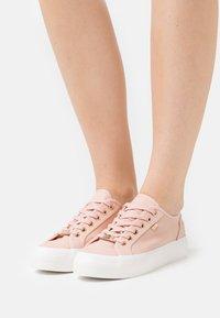 Mexx - ELKE - Sneakers laag - old pink - 0