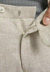Jack & Jones PREMIUM - JPRRAY SID  - Pantalón de traje - beige - 4