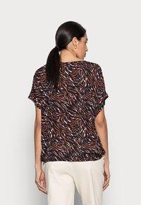 Kaffe - ZABIA BLOUSE - Print T-shirt - blue/brown - 2