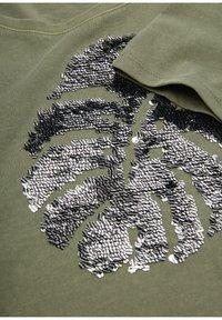 s.Oliver - Print T-shirt - khaki placed sequins - 2