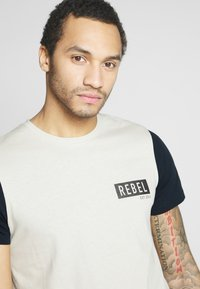 Redefined Rebel - LUKA TEE - T-shirts med print - stone - 3