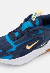 Nike Sportswear - AIR MAX BOLT UNISEX - Sneakers basse - midnight navy/melon tint/imperial blue/lightt brown - 5