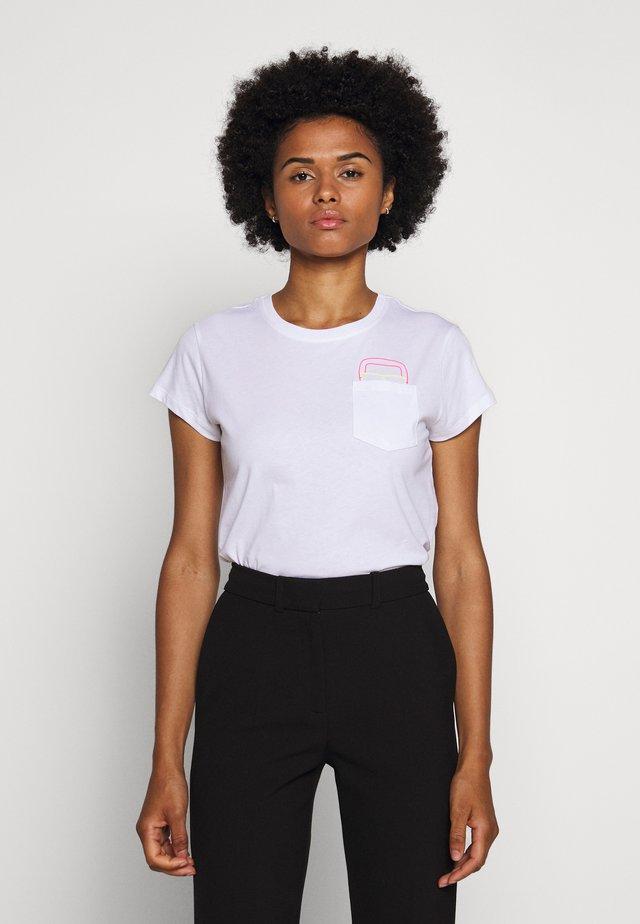 IKONIK POCKET TEE GLASSES - Print T-shirt - white