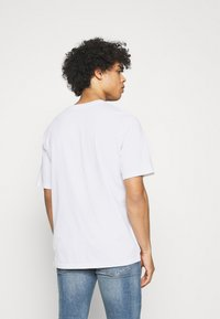 Levi's® - RELAXED FIT TEE UNISEX - Print T-shirt - white - 2