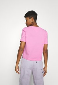 Tommy Jeans - BADGE TEE - Jednoduché triko - pink daisy - 2
