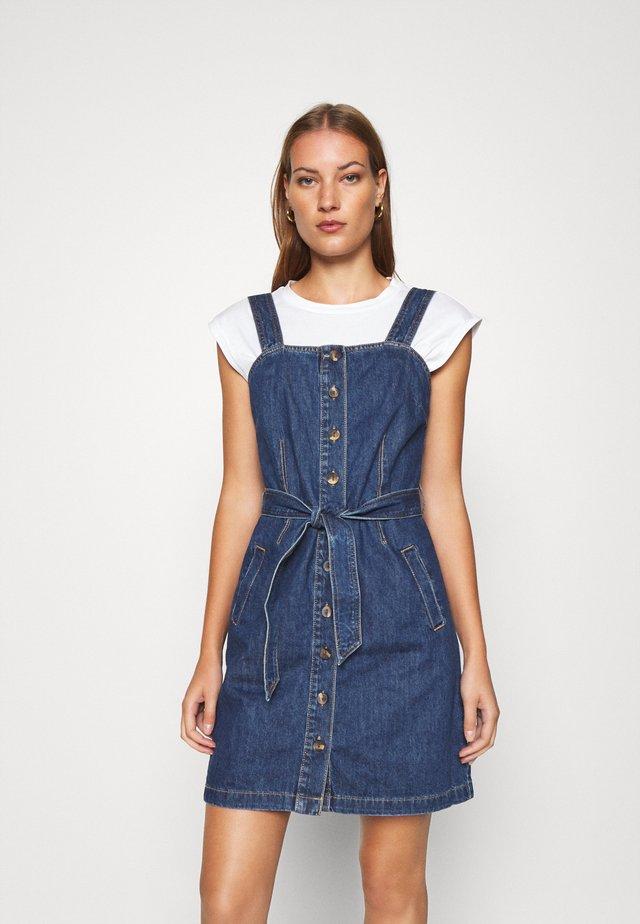 BELTED PINNY DRESS - Denimové šaty - blue