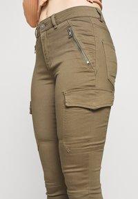 Vero Moda Petite - VMHOT SEVEN CARGO PANT - Pantalon cargo - ivy green - 4