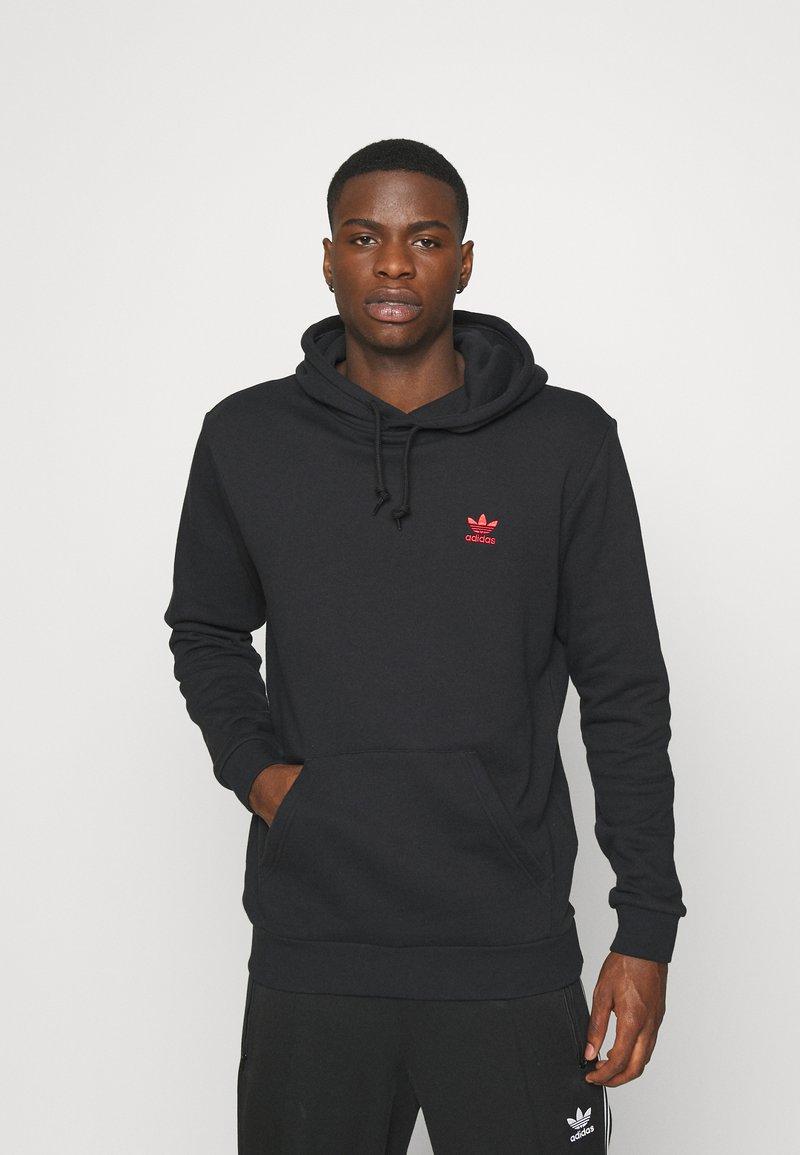 adidas Originals - ESSENTIAL HOODY UNISEX - Hoodie - black/scarle