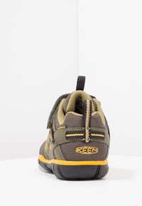 Keen - CHANDLER CNX - Hiking shoes - dark olive/citrus - 3