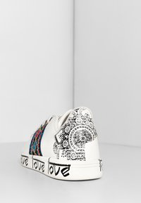 Desigual - SHOES_COSMIC_EXOTIC INDIAN - Trainers - white - 5
