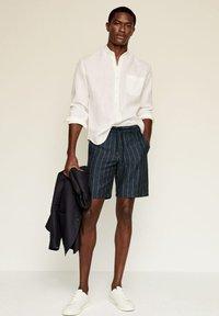 Mango - Shorts - dunkles marineblau - 1