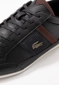 Lacoste - CHAYMON - Sneakersy niskie - black/dark brown - 5