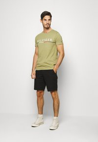 Tommy Hilfiger - GLOBAL STRIPE TEE - T-shirt con stampa - green - 1