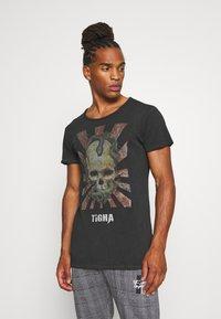Tigha - SNAKE SKULL WREN - T-shirt print - vintage black - 0