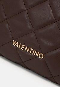 Valentino by Mario Valentino - OCARINA - Trousse - caffe - 3