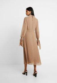 IVY & OAK - PLEATED DRESS - Kjole - brown - 3