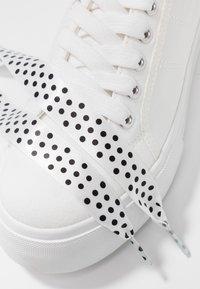 Tamaris - Sneakersy niskie - white - 7