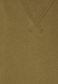Champion - LEGACY CONTEMPORARY MODERN CREWNECK  - Basic T-shirt - olive - 2