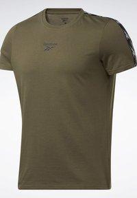 Reebok - TAPE TEE - T-shirt imprimé - army green - 7